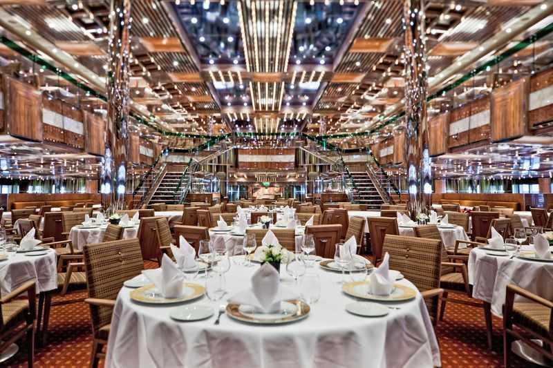 13 Bars, 7 Restaurants dont 5 de spécialités.  Le Costa Fascinosa est un navire de croisière qui ne lésine pas sur la qualité des prestations proposées à tous ses clients. Ce bateau est composé de cinq grands restaurants. Les deux plus connus sont le il Gattopardo et le Otto e Mezzo qui possède une décoration raffinées dans des tons de beige avec des fauteuils très confortables en velours qui s'harmonisent à la perfection avec des tables de marbre blanc et de marbre noir. Dans les assiettes, les plus grandes spécialités Italiennes sont proposées avec une gastronomie raffinée et audacieuse.   Il est aussi possible de se rendre au restaurant à la carte qui se nomme le Club Fascinosa avec sa décoration rouge très moderne. Pour ceux qui souhaitent déguster une cuisine diététique, il existe un restaurant magnifique aux tendances Japonaises très sophistiquées. Pour boire un verre, le Costa Fascinosa est équipé entre autres d'un grand espace bar avec douze tables hautes dans une ambiance très contemporaine et stylisée.