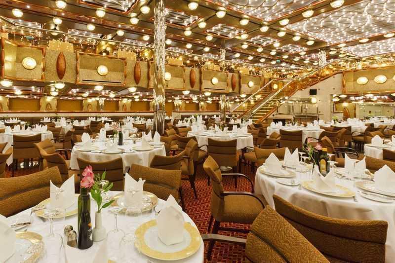 13 Bars, 5 Restaurants de spécialités. Le Costa Favolosa possède à son bord de nombreux restaurants et bars pour permettre aux passagers de ravir leurs papilles et de faire de belles découvertes gastronomiques. Ce bateau est réputé pour deux de ses restaurants : le Duca di Borgogna et le Duca d'Orleans. Ces deux établissements offrent une ambiance très agréable et lumineuse pour déguster des spécialités Italiennes de grande qualité. Trois autres restaurants sont présents sur le navire sans oublier les treize bars confortables afin de siroter un bon verre dans des atmosphères toujours différentes. Le Grand bar Palatino ou encore le Salon Molière avec sa décoration très raffinée entre le violet et le doré sont exceptionnels pour faire une pause bien méritée et gourmande durant la traversée. Pour tous les amateurs de chocolat qui ont envie d'en manger ou d'en boire, la cafetaria Porta D'Oro est assurément l'Eldorado du cacao avec ses fauteuils originaux et son ambiance des plus conviviales.