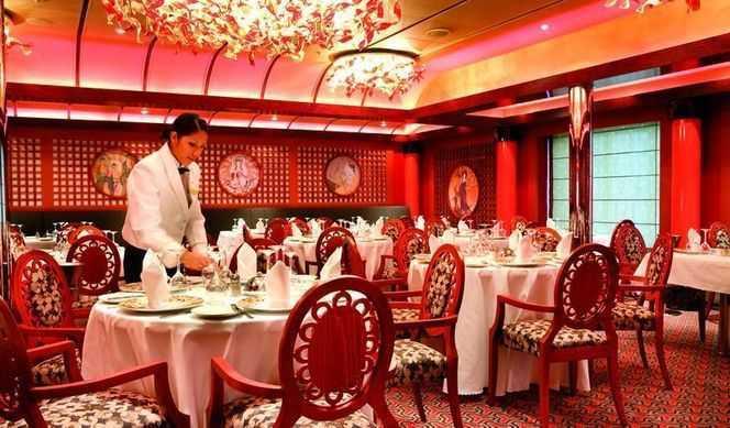 Restaurant principal, Buffet, 11 Bars, 4 Restaurants de spécialités (certains avec supplément) On trouve quatre restaurants à bord du Costa Luminosa qui proposent aux passagers des spécialités culinaires différentes. Pour goûter à la cuisine méditerranéenne, notamment de l'Italie, un passage au Taurus, le plus grand restaurant du paquebot est de mise. Pour un cadre plus intimiste, rendez-vous au restaurant privé Samsara sur le pont nº 2, réputé pour ses plats savoureux et légers. Le restaurant Buffet Andromeda est idéal pour découvrir les spécialités culinaires de plusieurs pays. Et enfin, le Club Luminosa propose une cuisine raffinée à base de caviar, de truffe ou de foie gras. Sinon, pour passer un moment convivial entre amis autour d'un verre, le navire compte une dizaine de bars, dont le piano-bar Antares qui fait le bonheur des passionnés de jazz et de musique classique.