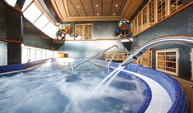 Massage, Coach personnel, Sauna, Hammam, Salle de fitness, piscine de thalasso thérapie, Salon de beauté, Coiffeur... Rien ne vaut des séances au Spa pour se refaire le plein d'énergie. Consciente de l'importance de la relaxation et du bien-être, l'équipe du Costa Luminosa rivalise d'imagination afin d'offrir à ses passagers des vacances magiques. Le Samsara Spa du bateau est un grand espace de balnéothérapie de 3500 m² abritant une piscine de thalasso, un laconium, un hammam, un tépidarium et des bains turcs. La relaxothérapie est prise en charge par les professionnels, que ce soit pour les massages, les conseils thérapeutiques ou les conseils beauté. Le décor du spa a été minutieusement étudié pour favoriser la détente à l'image de son jardin d'hiver intérieur.