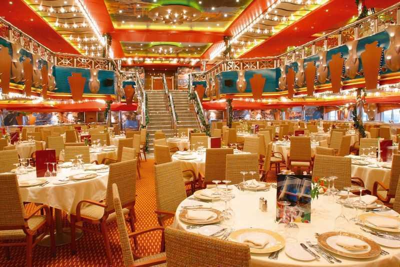 Restaurant principal, Buffet, 11 Bars,  Caféteria, Bar à cigares,  4 Restaurants de spécialités (certains avec supplément)  On compte quatre restaurants à bord du Costa Magica, qui mettent tous un accent sur les spécialités méditerranéennes. Le Portofino et la Costa Smeralada sont les plus grands d'entre eux. Ils diffèrent par leurs décorations à l'image de l'Italie et les plats typiques italiens comme la pizza et les raviolis. Le grand buffet Bellagio est beaucoup plus orienté vers la découverte d'une cuisine internationale avec des journées à thème sur la spécialité d'un pays et ses traditions culinaires. L'atmosphère chaleureuse et intimiste du restaurant à la carte Club Vicenza est parfaite pour ceux qui recherchent un endroit calme pour goûter les meilleurs repas italiens. Le navire compte également une dizaine de bars dont un avec piano, pour savourer les cocktails élaborés par les meilleurs barmans d'Italie avec une note de musique.