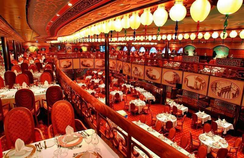 Restaurant principal, Buffet, Oenothèque,  12 Bars,  Caféteria Glacier 4 Restaurants de spécialités (certains avec supplément) Le paquebot Costa Mediterranea dispose de trois restaurants pour le plaisir des gourmets à bord.   Installé dans la salle à manger centrale du navire sur l'espace de deux ponts, le restaurant Degli Argentieri, propose des menus gastronomiques dans un cadre antique inspiré du palais Biscari. Il est ouvert toute la journée pour prendre les petits déjeuners, les déjeuners et les dîners dans un décor majestueux.  Pour sa part, le restaurant Perla del Lago propose un buffet délicieux de produits frais de la Méditerranée. Il est ouvert toute la journée.  Enfin, le restaurant Club Medusa est installé tout en haut de l'Atrium. Avec son ambiance très classe et son mobilier design, c'est un lieu délicieusement romantique. On s'y éclaire à la lueur de la bougie dans une ambiance feutrée.