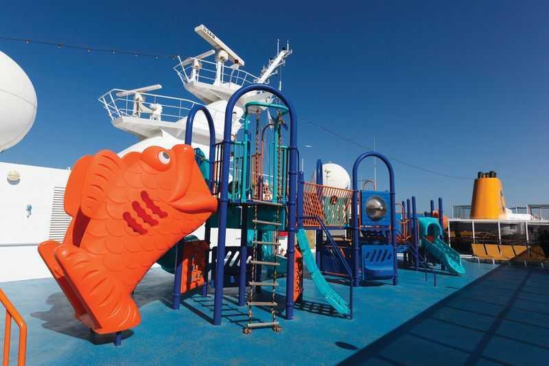 Club enfants, Mini-club... Voyager en famille à bord du navire Costa NeoRiviera est une partie de plaisir. Le navire dispose de plusieurs aires de jeux pour les enfants de tout âge. Le Squok Club accueille les plus petits tandis que le Teen's Club reçoit les adolescents. Dans les espaces de jeux en plein air, les enfants peuvent s'amuser dans une piscine à mini toboggan. Les férus de lecture ont en outre un espace dédié dans la bibliothèque Conca dei Marini, à côté du théâtre.