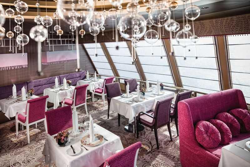 Restaurant principal, Buffet, Oenothèque,  Bar à cigares,  5 Restaurants de spécialités (certains avec supplément) 6 restaurants, 5 bars et 2 buffets offrent à toute heure de quoi se restaurer. Au Botticelli, le placement libre vous permet de profiter d'une restauration agréable et accessible. Le Giordano vous attend avec son buffet à toute heure, de même qu'au Capri où l'on mangera sur le pouce pour mieux profiter de toutes les autres animations. Le Club NeoRomantica sera, lui, la table de toutes les occasions grandioses à fêter sur le bateau grâce à sa cuisine gastronomique de premier choix, une cuisine qui n'a d'égale que celle du restaurant Samsara, privatisé pour les seuls porteurs de la carte du même nom, client privilégié de Costa Croisières.