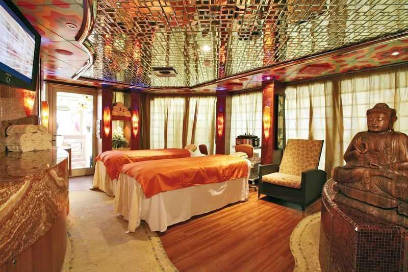 Solarium, Massage, Sauna, Hammam, Salle de fitness, piscine de thalasso thérapie, Salon de beauté... Le Costa Pacifica est une petite planète bleue. Avec quatre piscines à son bord, dont deux couvertes d'une verrière amovible et un toboggan. Des bains hydro massages s'effectuent dans nos piscines de balnéothérapie. La cabine de Samsara Spa, d'une dimension de 6000 km2, sur deux étages, offre à la clientèle des plaisirs à n'en plus finir. Pour votre bien-être, les cabines Sauna, Hammam et Solarium UVA sont mis à votre disposition. Des piscines thalasso thérapie, des soins de beauté et des coiffures vous sont offerts.