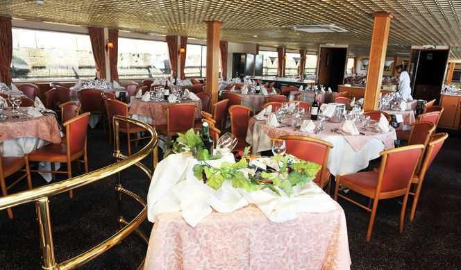 Restaurant principal, Salon bar avec une piste de danse où se déroulent des jeux apéritifs et des soirées animées...