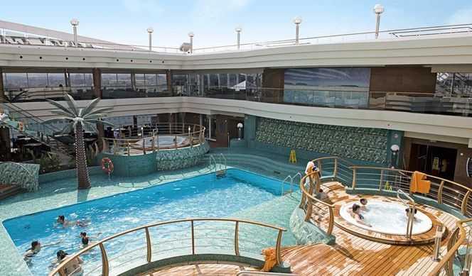 5 Piscines,  12 Bains à remous,  Toboggans aquatiques,  Piste de jogging,  Cours de sports,  Espace Monde virtuel,  Lounge,  Salle de cinéma,  Salle de cinéma (plein air),  Galerie d'art...  Le MSC Fantasia offre à ses passagers l'accès à 4 piscines avec bains à remous. Les membres du Yacht Club sont toujours privilégiés avec l'accès privé à la piscine The One aménagée sur le pont 18. Au niveau du pont 14, la piscine  Tropici se distingue par ses 3 bains à remous et son toit coulissant. Chacun sa piscine : les adultes ont leur piscine dédiée : Le Lido Catalano ; tandis que les enfants se rassemblent dans l'espace de la petite piscine II Polo Nord avec toboggan. La piscine principale du navire MSC Fantasia se trouve être un lieu d'exception. Elle se distingue par son charme. Elle est équipée d'écrans TV et de 2 cuves thermales. Les amateurs de sports seront comblés par les possibilités à bord dans le domaine du sport. Piste de jogging de 235 m de long, court de tennis, terrain de squash, terrain de basket-ball sont disponibles sur le navire. Vous pouvez aussi faire des parties de bowling avec vos proches au Ten-Pin Bowling (pont 7). Les concepteurs du navire ont pensé aux adeptes de jeux et ont mis en place le Virtual World ainsi qu'un simulateur de F1. En outre, parmi les centres d'activités à bord, il y a le Gallery Plaza (pont 7) qui permet d'assister à des expositions d'œuvres d'art.