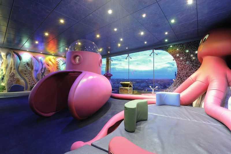 Club enfants... Vos enfants n'auront pas le temps de s'ennuyer pendant votre croisière. Ils pourront en effet se rendre au Underwater World et au Children's indoor playroom pour jouer et effectuer plusieurs activités. Les ados de leur côté pourront faire des jeux vidéo dans une salle spécialement aménagée.