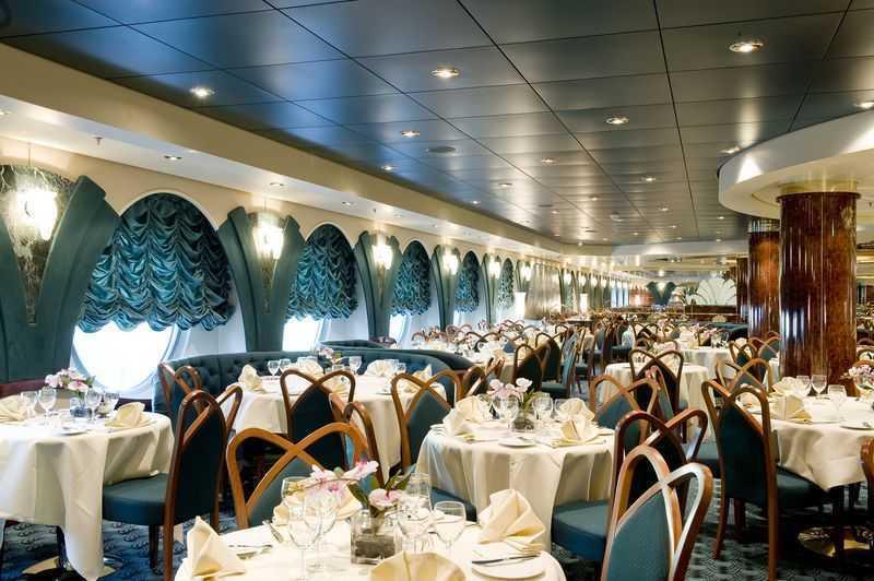 Restaurant principal, Buffet, 17 Bars,  Bar à cigares,  4 Restaurants de spécialités (certains avec supplément) Le MSC Magnifica abrite 5 restaurants et 8 bars qui accueillent les passagers pendant leur traversée. Les menus qui y sont proposés sont inspirés de la gastronomie de plusieurs pays. Ils sont également très raffinés et concoctés par de grands chefs pour satisfaire le palais des gourmets les plus exigeants. Des spécialités ayant une tendance méditerranéenne sont servies dans ses 2 principaux restaurants : d'Edera et le Quattro Venti. L'Edera, qui se trouve sur le pont 5, a une capacité d'accueil de 720 convives. Vous pourrez y prendre vos 3 repas quotidiens. Le Quattro Venti est quant à lui un restaurant localisé au pont 6 et qui peut recevoir 714 personnes. Celui-ci n'est ouvert que le soir, pour le dîner. Pour déguster des plats variés, rendez-vous au Sahara Buffet où vous servirez vous-même et où vous pourrez personnaliser voter assiette selon vos envies ! Et pour déguster des plats asiatiques, sus sur le restaurant Oriental Plaza ! Vous vous y délecterez de spécialités japonaises, chinoises, indonésiennes ou indiennes ! Enfin, le restaurant l'Oasi vous fera découvrir une cuisine gourmande et gastronomique concoctée par le chef Mauro Uliassi. Pour vous désaltérer après quelques activités en plein air, ne manquez pas de vous rendre dans l'un des nombreux bars du navire. Vous pourrez commander votre cocktail favori ou un verre de scotch au Tiger Bar tout en participant à des jeux qui y sont préparés. Vous pourrez aussi vous asseoir au Topazzio Bar et apprécier son atmosphère tranquille bercée par quelques notes de piano. L'Olimpiade est quant à lui le café préféré des amateurs de billard. Vous y trouverez aussi des collations pour caler votre estomac entre les repas. Pour une ambiance cosy, installez-vous dans l'un des fauteuils du Gocce Bar. Vous pourrez vous y installer en groupe et profiter d'une soirée apéro quelquefois animée par un groupe de musicien