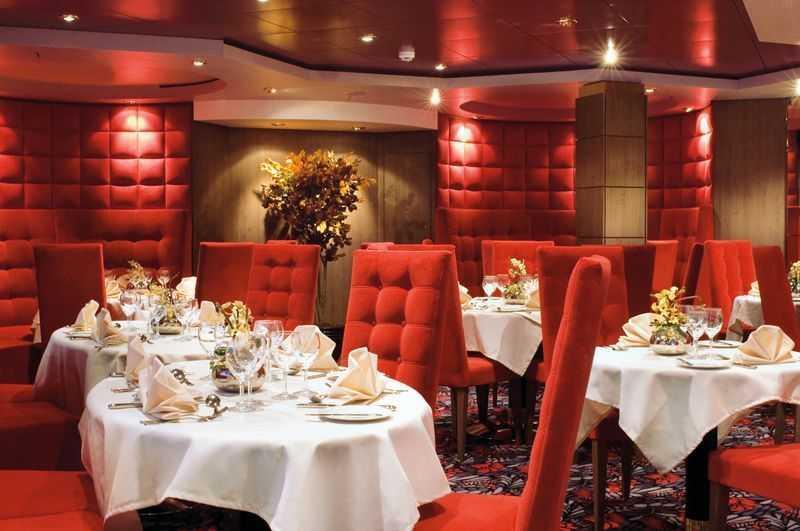 Restaurant principal, Buffet, Oenothèque,  16 Bars,  Bar à cigares,  4 Restaurants de spécialités (certains avec supplément). Pour ceux qui veulent du classique à bord du MSC Musica, deux restaurants vous accueillent. Au pont 5, direction le restaurant Oleandro qui peut accueillir 720 personnes pour le petit-déjeuner, le déjeuner ou le dîner. Au pont 6, le Maxim's vous offre deux services le soir dans une ambiance cosy où vous pourrez savourer des spécialités méditerranéennes mais aussi des plats du monde entier.  Pour un repas plus rapide ou qui change de l'ordinaire, trois choix s'offrent à vous. Tout au long de la journée, le buffet Gli Archi vous permet de vous restaurer simplement et rapidement. Les amateurs de sushis, de spécialités japonaises et chinoises prendront la direction du Kaito Sushi Bar. Quant au restaurant Il Giardino, il peut accueillir jusqu'à 250 personnes pour une véritable découverte gastronomique autour d'un véritable olivier.  Le MSC Musica abrite également 16 bars ; certains présentent des scénettes, d'autres sont spécialisés dans le café, d'autres encore vous permettent de déguster un cocktail ou les meilleurs crus européens. Le Havana Club accueille les fumeurs dans un grand confort.
