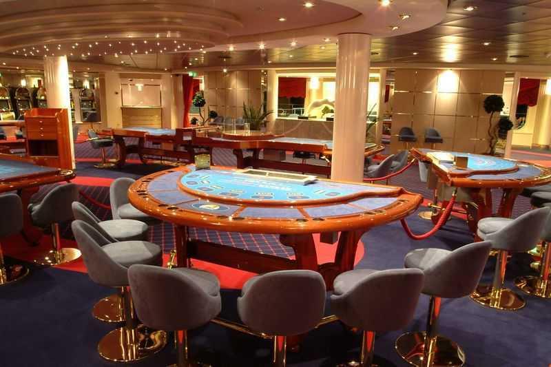 Casino,  Théâtre/salle de spectacle, Discothèque... Pour ceux qui aiment les jeux de casino, le navire dispose de sa propre salle, le MonteCarlo. À part cela, les fêtards auront aussi droit à une discothèque à bord. Il s'agit du Byblos où se jouent les meilleurs tubes du moment.
