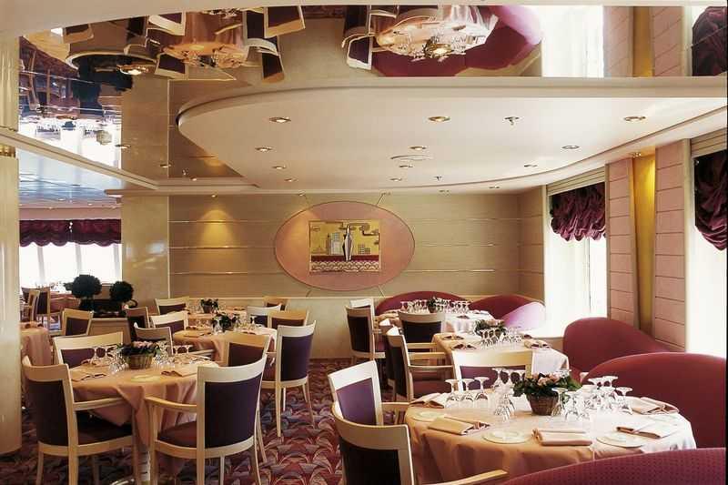 Restaurant principal, Buffet, 8 Bars,  3 Restaurants de spécialités (certains avec supplément) Sur les 24 m de longueur du navire MSC Opéra, les clients trouveront deux grandes salles de restaurants. La première salle qui se nomme La Caravella, se situe au cinquième pont du navire. C'est une salle très classe avec des meubles en bois capitonnés de cuir beige et vert foncé. Au sixième pont, les clients trouveront un autre restaurant qui s'appelle L'Approdo, avec une base de décoration couleur bordeaux. Ces deux restaurants proposent surtout une cuisine internationale et des spécialités italiennes. En plus des restaurants, une cafétéria est disponible sur le pont. Elle propose des petits plats que les clients peuvent consommer rapidement et est ouverte tous les jours. En plus de cela, il y a aussi, la grille Il Patio et ses snacks, à côté de la piscine, le bar Sotto Vento, le bar Piazza di Spagna, l'Aroma Coffee bar, installé au sixième pont, le Cotton Club, le Caruso Lounge, La Caballa et le Lo Spinaker bar, au pont 11 ainsi que le Vitamin Bar.