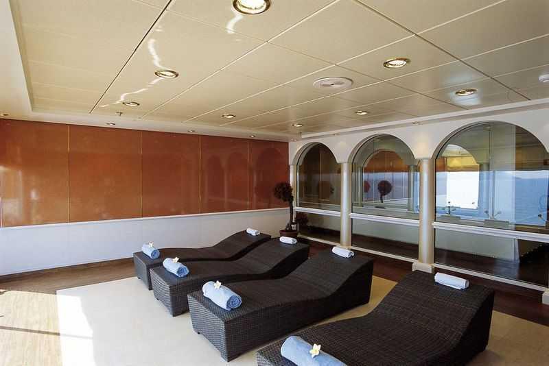 Acupuncture,  Réfléxologie, Massage,  Coach personnel,  Sauna,  Hammam,  Salle de fitness,  piscine de thalasso thérapie,  Salon de beauté,  Coiffeur... Sur le pont principal, des transats sont mis à la disposition des clients qui voguent sur le navire MSC Opera pour qu'ils puissent profiter du soleil et de la brise de la mer. S'ils veulent plus de confort, le navire leur offre le concept MSC Aurea Spa qui se trouve sur le onzième pont. Dans ce cadre, ils peuvent demander une prise en charge spéciale pour le bien-être de leur corps en se faisant faire des massages balinais. C'est aussi sur ce pont qu'ils peuvent bénéficier d'un hammam. Enfin, en plus des piscines sur le pont supérieur, les clients peuvent aussi profiter des jacuzzis qui y sont installés.