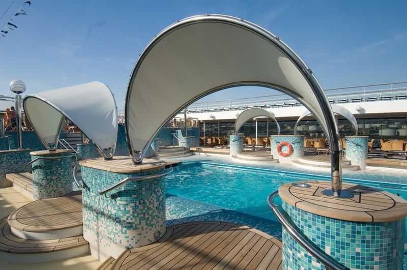 2 Piscines,  4 Bains à remous,  Piste de jogging,  Cours de sports,  Mini Golf,  Espace Monde virtuel,  Lounge...  Pour les plus actifs, un centre sportif est mis à leur disposition, doté d'une piste de jogging à l'extérieur et des cours de fitness à l'intérieur ainsi qu'un terrain multisports pour les divers sports collectifs.   Le navire comporte 3 piscines dont deux découvertes avec un bar, la piscine Cala Blanca et la piscine Acapulco. Deux jacuzzis se situent sur les côtes de chaque piscine. La troisième est réservée aux enfants.  Parmi l'éventail d'activités proposées, vous compterez également le mini-golf à 5 trous, le cinéma en 4D, et la salle des cartes pour s'adonner aux divers jeux de cartes.