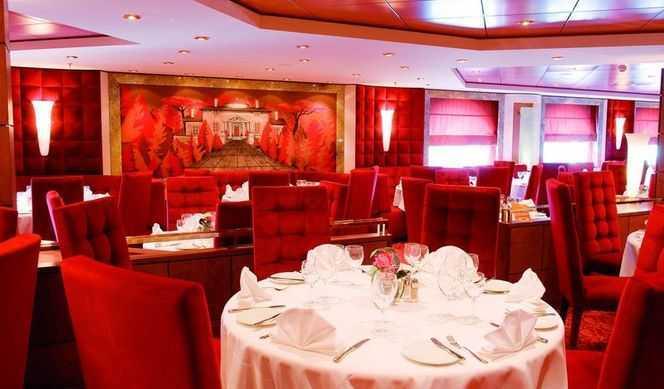 1 Restaurant principal, 1 Buffet, 1 Oenothèque,  16 Bars, 1 Bar à cigares,  3 Restaurants de spécialités (certains avec supplément)... Sur le MSC Poesia, cinq restaurants assouvissent tous les appétits. Deux grands restaurants, le Fontane et le Il Paladio, proposent une cuisine traditionnelle raffinée, avec un choix avantageux de plats à base de viande ou de poisson. L'Obelisco, idéal pour les soirées romantiques, est spécialisé en gastronomie italienne contemporaine, avec quelques touches de traditions culinaires du monde entier. Les amateurs de cuisine asiatique pourront déguster sushis et yakitoris au Kaito Sushi Bar. Enfin, le Villa Pompeiana propose une restauration rapide en libre-service. Au choix, pizza, salades et autres plats en sauce peuvent être consommés à toute heure.