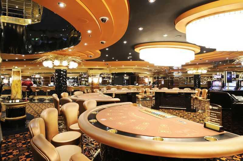 Casino, Théâtre/salle de spectacle, Discothèque... Vos soirées sur le MSC Preziosa risquent d'être aussi amusantes qu'animées. Vous aurez la possibilité de décrocher le jackpot au Casino Millenium Star qui est équipé de roulettes, de machines à sous et d'une salle réservée aux amateurs de poker. Le cinéma vous proposera des films pour vous détendre en famille et la discothèque ouvre ses portes à la nuit dans une ambiance survoltée. Chaque soir, le grand théâtre futuriste assurera le show grâce à des spectacles grandioses et colorés.