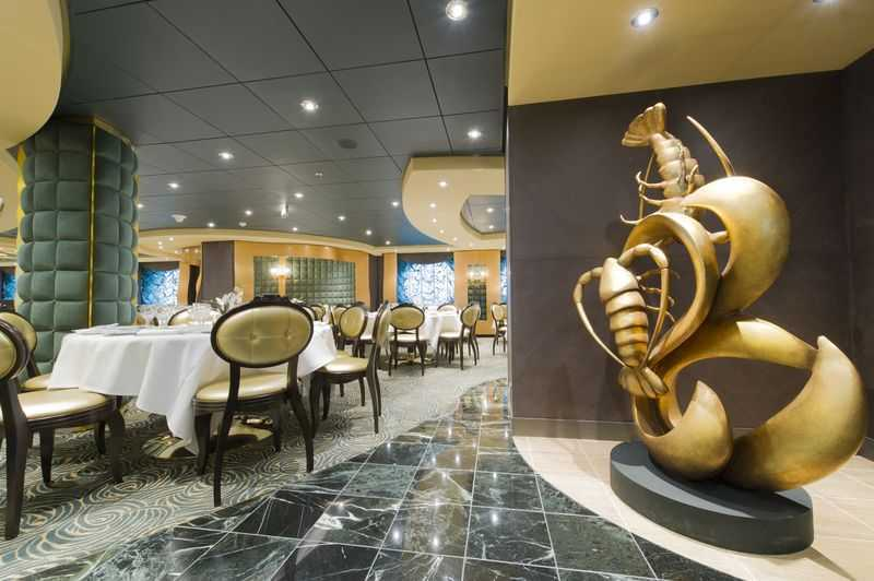 """Restaurant principal, Buffet, Oenothèque,  6 Bars,  7 Restaurants de spécialités (certains avec supplément)   Le Preziosa est doté de deux restaurants principaux : L'Arabesque et The Golden Lobster. Dans le premier, vous pourrez déguster un succulent dîner aux saveurs exquises typiques de la méditerranée. Le second est ouvert pour les trois repas de la journée et s'étend sur deux ponts, il propose des menus variés allant des plats les plus classiques aux mets gastronomiques de choix d'influence mexicaine et méditerranéenne. Les deux autres restaurants du paquebot, l'Eataly et Italia proposent une cuisine typique italienne. Les hôtes du """"Yacht Club"""" auront accès à un autre restaurant, la Palmeraie, où l'on peut déguster de savoureux plats français et italiens pour dîner.  Ce ne sont pas moins de 21 bars et salons qui équipent le navire MSC Preziosa. Vous pourrez vous y rendre à toute heure au cours du voyage pour apprécier des boissons et des plats d'influences diverses. Bars à vins, salon Lounge avec vue sur l'horizon, bar bibliothèque, piano bar, ambiance jazzy, bowling, d'inspiration italienne, ou africaine, tels sont quelques-unes des ambiances à découvrir à bord du Preziosa."""