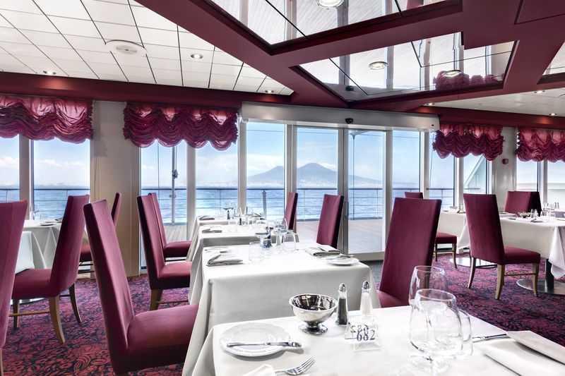 Restaurant principal, Buffet, Oenothèque,  8 Bars,  Bar à cigares,  3 Restaurants de spécialités (certains avec supplément)   Pour offrir la plus grande diversité culinaire à ses passagers, le navire dispose de 4 restaurants et de 8 bars et lounges dont deux à l'extérieur. Les plus grands, Il Galeone et Il Covo, sont situés respectivement aux ponts 5 et 6 tandis que la Terrazza est, pour sa part, logée en plein air avec vue singulière sur mer, non loin du Caffe del Mare. Pour prendre un verre seul, ou en compagnie de famille et amis, le Galetaria et le Vitamine Bar proposent des glaces et des jus de fruits. Quelles que soient ses préférences, chaque passager du MSC Sinfonia en a pour son goût. Un espace fumeur dénommé le Cigar Lounge Ambassador a également été créé pour assurer à chacun le confort auquel il aspire tout le long de la croisière.