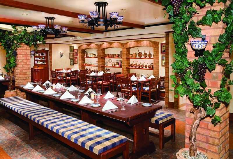 Restaurant principal,  13 Restaurants de spécialités (parfois avec suppléments),  11 Bars...