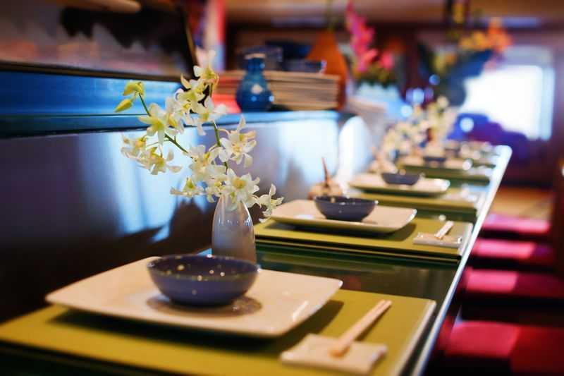 Restaurant principal,  10 Restaurants de spécialités (parfois avec suppléments),  Œnothèque,  12 Bars,  Brasserie,  Bar à cigares...