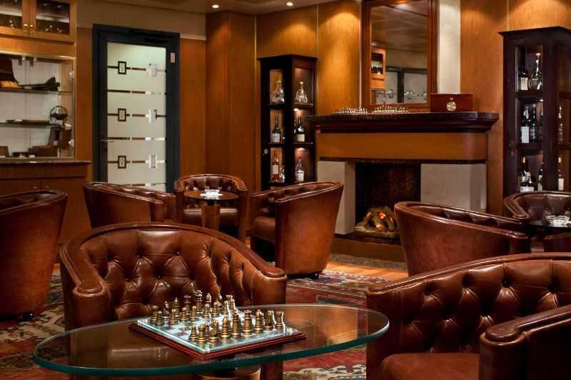 Restaurant principal,  Buffet,  2 Restaurants de spécialités (parfois avec suppléments),  4 Bars....