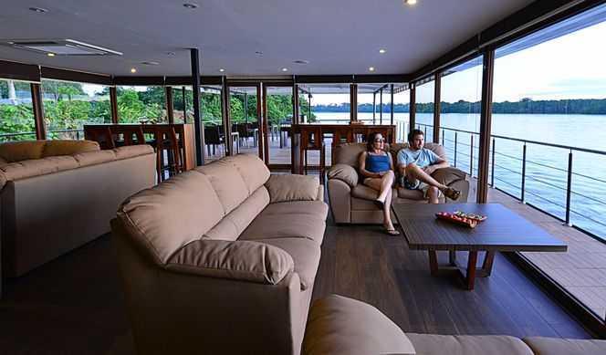 L'Anakonda Amazon Cruise offre tout le confort d'un hôtel 5 étoiles. Depuis le Pont Soleil, la vue imprenable qu'offre un bain dans le jacuzzi mêle le luxe à l'aventure, d'autant plus au coucher du soleil. La boutique, quant à elle, permet de trouver de nombreux souvenirs parmi les objets de l'artisanat local. Un espace lecture est également à la dispositions des voyageurs, et le Wifi est disponible à durée limitée, moyennant un supplément.