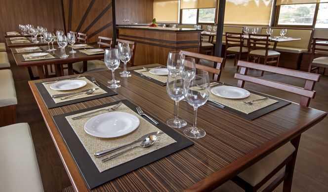 L'Anakonda Amazon Cruise et son restaurant gastronomique proposent à ses hôtes une cuisine internationale composée avec les meilleurs produits issus de l'agriculture locale. Le Chef nous invite à un voyage gustatif dans un tourbillon de saveurs équatoriales, plongés dans le décor magique de la forêt amazonienne. Les plats sont servis à la carte, sauf pour le petit-déjeuner servi en buffet. Ainsi, succombez aux délices du quinoa et du yuca accompagnés d'un succulent poisson frais cuisiné dans une sauce coco. Le bar lounge, quant à lui, propose une dégustation des différentes boissons locales comme les bières Pilsner ou Club, ou encore des cocktails élaborés à base du rhum, de l'aguardiente et des fruits de la région.