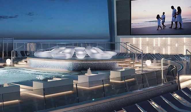 Grande piscine intérieure avec pont supplémentaire au-dessus et autour de la piscine, Aquapark interactif, Terrain de sport, Gym, Ecran géant...