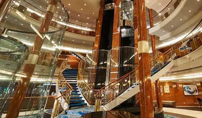 Réception, Ascenseurs, Boutiques, 3 salles de conférence,Internet Café, Bibliothèque...