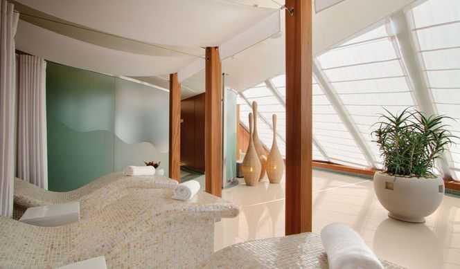 Spa en terrasse privé avec piscine de thalassothérapie ou bains à remous, Sauna, Hammam, Parcours de santé, Salon de beauté, Consultations de nutrition et de mode de vie, Présentations sur le bien-être, une salle de relaxation et des fauteuils en céramique chauffés...  Six salles de soins sont installées sur le paquebot. Les concepteurs de Marina ont mis en place un solarium au centre du pont 12. Deux jacuzzis vous attendent pour vous faire sentir la détente totale. Durant ces merveilleux moments de relâchement, des morceaux de musique distrayant sont joués par des musiciens sur un plateau. Marina se distingue par sa piscine de thalassothérapie. Tout ce qui ne tourne pas rond dans votre corps se détend et guérit. Le sauna et le hammam n'attendent que vous. Le paquebot contient une salle de relaxation à chaises chauffées. Bénéficiez du relaxant massage aux pierres chaudes sur Marina. Ne terminez pas votre séance bien-être sans la coiffure, la manucure et la pédicure faits par des experts.