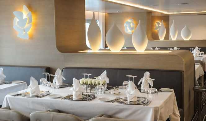 Restaurant principal,  1 Restaurants de spécialités (parfois avec suppléments),  3 Bars...