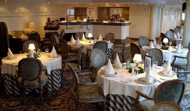 Restaurant principal, Buffet, 7 Restaurants de spécialités (parfois avec suppléments), 5 Bars...