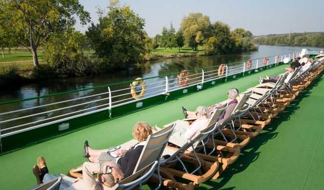Réception, Gym, Pont soleil aménagé avec fauteuils et transats parfaits pour se détandre en profitant d'une vue panoramique...